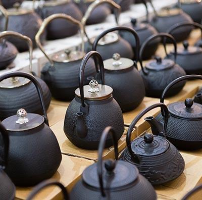Teekannen und Stövchen aus Gusseisen